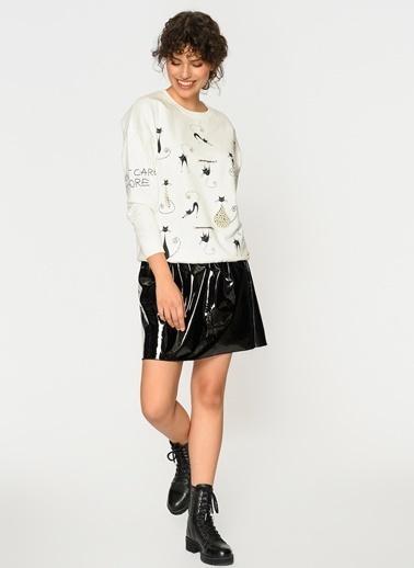 Loves You Kedi Baskılı İnci İşlemeli Sweatshirt Beyaz